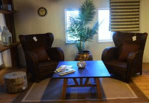 Korgstolar och soffbord från Artwood och ljuslykta från Lots Living