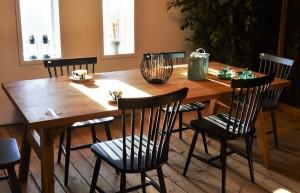 Rustikt matbord i ek, samt pinnstolar från Torkelson